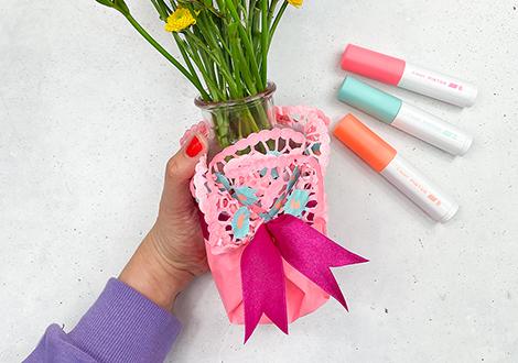 DIY-Blumenvase mit Tortenspitze