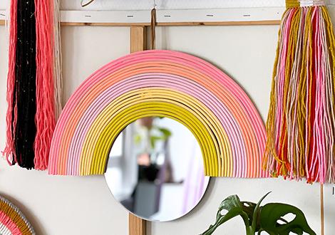 Regenbogen-Spiegel aus Peddigrohr